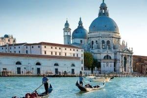 Auto mieten in Italien: So können Sie die Landschaft erkunden und Tagesausflüge zu nahen Städten machen.