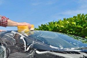Ob Sie nun Ihr Auto polieren lassen oder selbst Hand anlegen – als erstes kommt die Autowäsche.