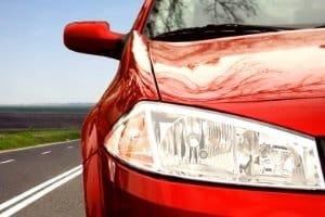 Eine glänzende Lackoberfläche kann das Resultat sein, wenn Sie Ihr Auto polieren.
