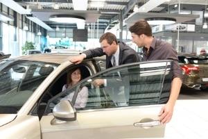 Weg zum neuen Auto: Einen Ratenkauf können Sie meist auch im Autohaus abschließen.