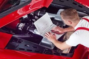 Ein Auto-Sommercheck kann in einer Fachwerkstatt durchgeführt werden.