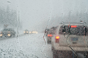Schneebedeckte Verkehrszeichen auf der Straße
