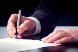 Wenn Sie ein Auto verschenken, kann der Vertrag bei einem Notar gemacht werden.