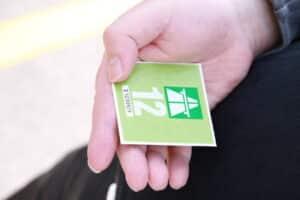 Nur offizielle Autoaufkleber wie Vignette oder Umweltplakette dürfen an die Frontscheibe.