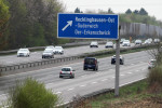 Autobahn mit Ausfahrttafel