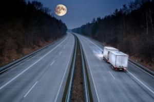 Mit Auto oder Lkw auf der Autobahn: Die Geschwindigkeit ist in Europa in allen Ländern begrenzt.
