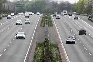 Vor allem auf der Autobahn sollten Fahrer wegen der hohen Geschwindigkeiten die Vorfahrtsregelungen strikt einhalten