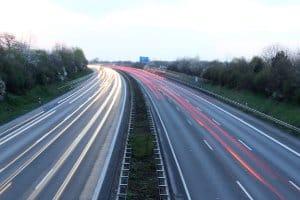 Für Pkw ist auf der Autobahn keine Höchstgeschwindigkeit in Deutschland vorgeschrieben.