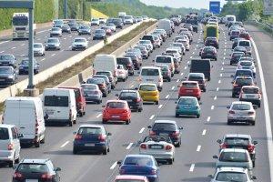 Stau auf der Autobahn: Ein Auto rechts zu überholen, kann unter Umständen erlaubt sein.