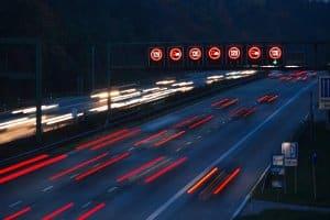 Auch auf der Autobahn wird eine Toleranz von 3 km/h bzw. 3 Prozent vom Messergebnis abgezogen.