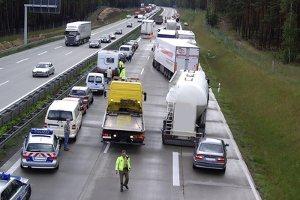 Vor allem auf der Autobahn führt falsches Überholen oft zum Unfall.