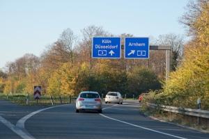 Autobahnschilder helfen Ihnen dabei, sich auf der Autobahn zurecht zu finden.