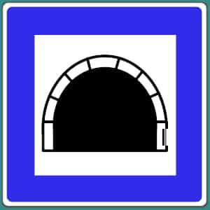 Das Verkehrszeichen zeigt einen Autobahntunnel in Deutschland an