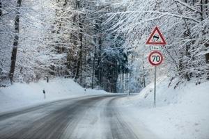 Autofahren bei Glatteis kann besonders auf schattigen Waldstrecken ein Problem werden.