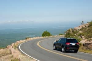 Gerade im Sommer bevorzugen viele Frauen das Autofahren mit High Heels.