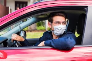 Autofahren mit Mundschutz: Das Vermummungsverbot im Straßenverkehr ergibt sich aus § 23 Abs. 4 StVO.