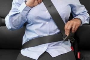 Autofahren nach einem Kaiserschnitt: Die Narbe kann durch den Sicherheitsgurt stark belastet werden.