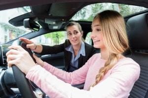 Das Autofahren üben, ist auf einem Verkehrsübungsplatz gestattet.