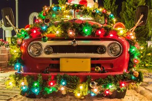 Beim Autofahren zu Weihnachten sollten Sie auf einen Deko-Overkill verzichten.