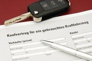 Vorgehen beim Autokauf: Der Ablauf schleißt die Prüfung und Unterzeichnung des Kaufvertrags ein.