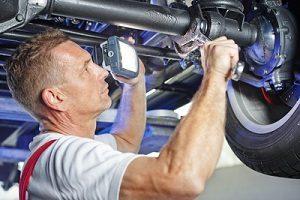 Autokauf: Beim Gebrauchtwagen sind Tipps zur Begutachtung des Unterbodens sehr wichtig.