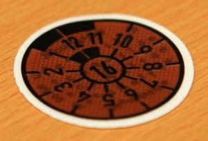 Auf Autokennzeichen wird die Prüfplakette zur Hauptuntersuchung aufgeklebt.