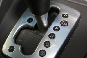 Ein Automatik-Auto schieben viele Menschen oft ohne Erfolg an.