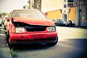 Ein Autounfall ist oft auf das Fehlverhalten von Fahrern zurückzuführen.