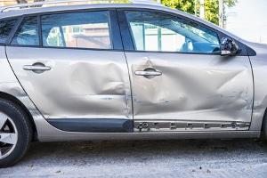 Nach einem Autounfall untersucht ein Gutachter unter anderem die Schäden am Fahrzeug.