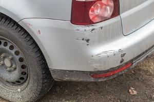Sie sollten die Unfallstelle auch dann absichern, wenn es nach einem Autounfall in Saarbrücken nur zu einem Blechschaden kam.