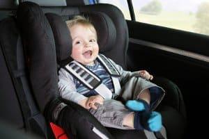 Eine Babyschale im Auto schützt besonders vor einem gefährlichen Seitenaufprall.