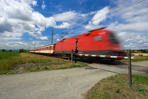 Am Bahnübergang haben Schienenfahrzeuge immer Vorfahrt.