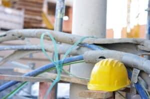 Auch auf einer Baustelle können Gefahren drohen. Bauleiter oder andere Verantwortliche können nach einem tödlichen Unfall ebenfalls nach § 222 StGB bestraft werden.
