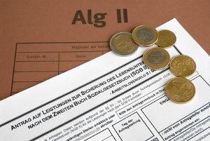 Bedürftige können für die Anwaltsgebühren staatliche Sondersozialleistungen beanspruchen.