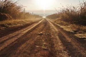 Was gilt es beim Befahren von Feldwegen zu beachten?