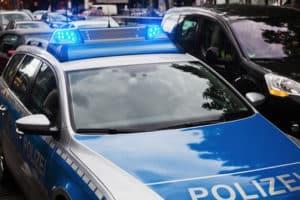 Polizeiwagen bei einer Autoversteigerung beim Zoll
