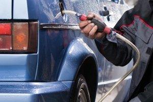 Mit den richtigen Hilfsmitteln können Sie Benzin auch selbst absaugen.