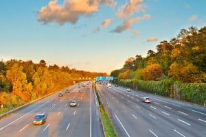 Benzinmangel auf der Autobahn kann unter Umständen ein Bußgeld zur Folge haben.