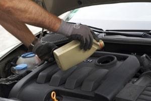 Den Benzinverbrauch senken: Die Wahl eines guten Motoröls hilft dabei.