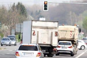 Schilder beschränken die LKW-Abmessungen auf bestimmten Straßen noch mehr.