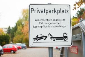 In der Regel wird ein Besucherparkplatz durch ein Schild ausgewiesen.