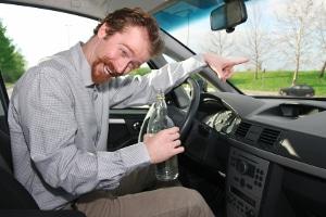 Bier trinken beim Autofahren? Unter Umständen kann dies erlaubt sein.