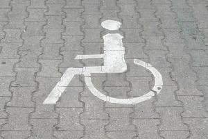 Behindertenparkplatz: Das Halten ist in der StVO nicht direkt geregelt.