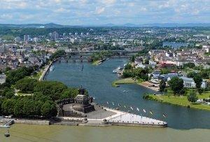 Eine Binnenwasserstraße in Deutschland kann sowohl für den Gütertransport als auch für den Wassersport und zum Freizeitvergnügen genutzt werden.