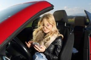 blick auf handy beim autofahren