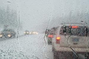 Blitzeis kann sehr plötzlich auftreten und die Straße in eine Rutschbahn verwandeln.