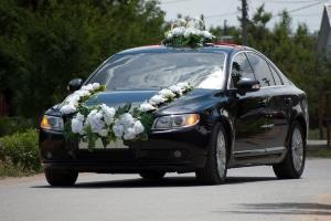 Blumenschmuck am Auto: Unterwegs zur Hochzeit darf dieser nicht verrutschen oder abfallen.