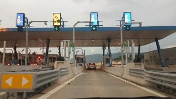 Bosnien: Auf der Autobahn ist die Maut an den Mautstationen zu zahlen.