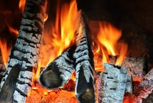 Ein brennender Weihnachtsbaum kann innerhalb weniger Sekunden auf Möbel und Textilien übergreifen.
