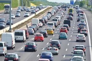 Auf einer Autobahn können Geschwindigkeit und Abstand mit der Brückenabstandsmessung bestimmt werden.